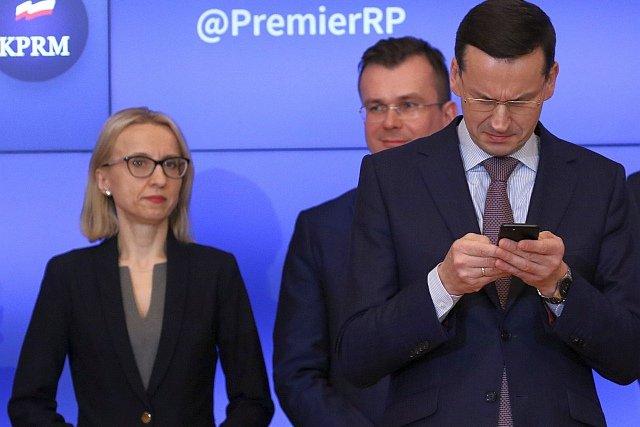 Minister Finansów Teresa Czerwińska i premier Mateusz Morawiecki trochę nabroili w podatkach - słupki raz rosną, jak szalone, raz lecą w dół