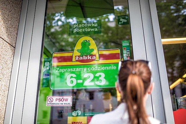 """Żabka przypomina """"Solidarności"""", że sklepy mają status placówek pocztowych od 6 lat, gdy o zakazie handlu nikt nie mówił"""