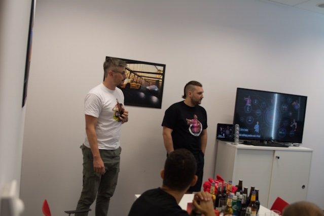 Grzegorz Zwoliński nie jest fanem pracy zdalnej. Wszyscy programiści pracują w jednym biurze. Jego zdaniem wpływa to lepiej na kreatywność.