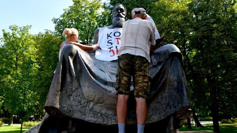 """Radomianie nie przepadają nawet za symbolicznym pomnikiem Jana Kochanowskiego w mieście. """"Jakby siedział na fotelu ginekologicznym"""" - kpią."""