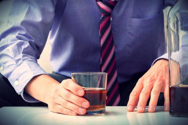 """""""Przewlekła psychoza alkoholowa"""" może uchronić przed zwolnieniem z pracy."""