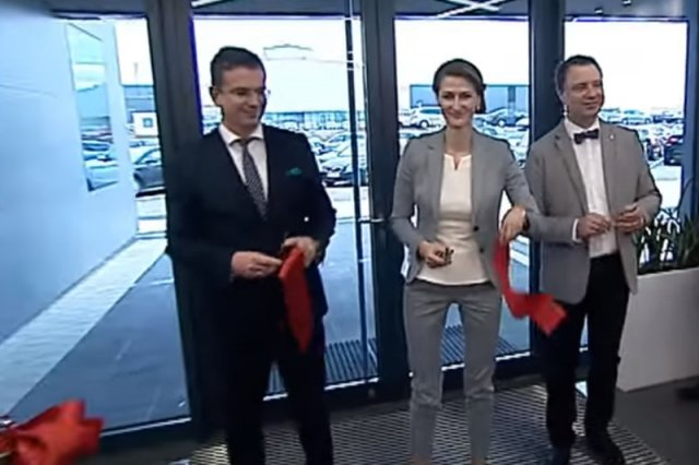 Edyta Stanek (w środku) oraz Dawid Cycoń (stojący po jej lewej stronie), dokonali uroczystego otwarcia fabryki we wsi Zaczernie.