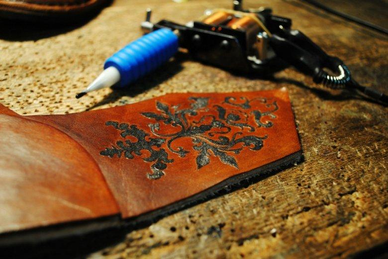 Buty w pracowni The Shoemaker powstają m.in. przy wykorzystaniu technik tatuażu.