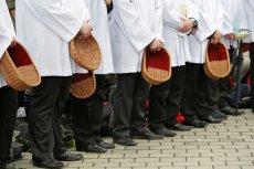 Przez zakaz handlu w niedziele wierni dają w kościołach na tacę mniej pieniędzy - przekonuje Cezary Kaźmierczak