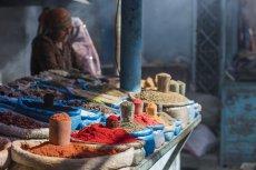 Targowanie się na bazarach w wielu krajach jest przejawem dobrego wychowania. Jego brak lokalsi mogą źle odczytać
