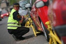 Parkowanie na chodnikach to sporna kwestia nawet dla strażników miejskich.