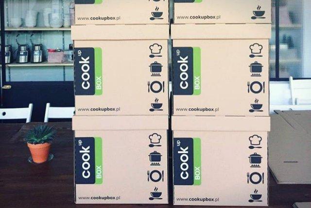 Recipe box to dostarczane do domu pudełko, które zawiera przepis i składniki niezbędne do przygotowania potrawy