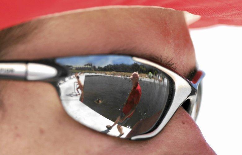 Latem 2018 mają być modne zarówno okulary w miniaturowych oprawkach, jak i te w typie okularów noszonych przez Keanu Reevesa w filmie Matrix.