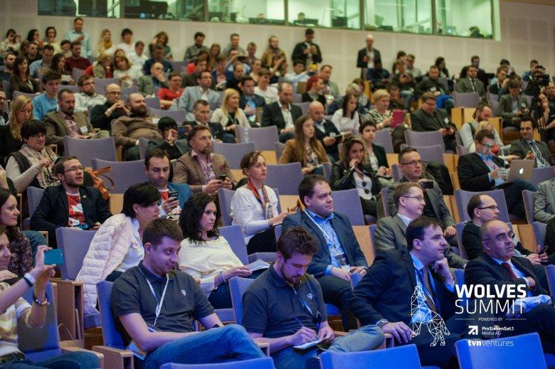 Konferencja przyciąga wielu słuchaczy.