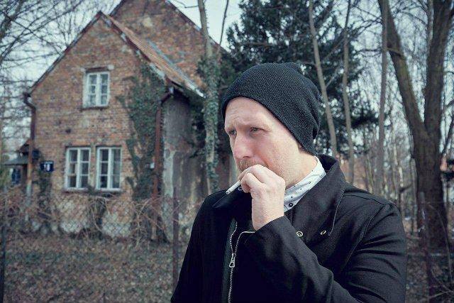 """Krystian Nowak, twórca takich fanpage'y jak """"zdelegalizować coaching i rozwój osobisty"""" czy """"tak trzeba żyć"""""""