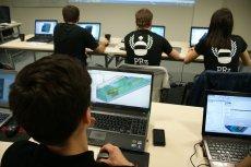 Studenci Politechniki Rzeszowskiej w trakcie pracy z programem do projektowania 3D.