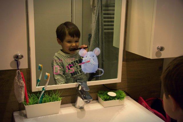 Dziecko, które myje zęby, zobaczy w lustrze Abyss Glass stworka, który naśladuje jego ruchy.