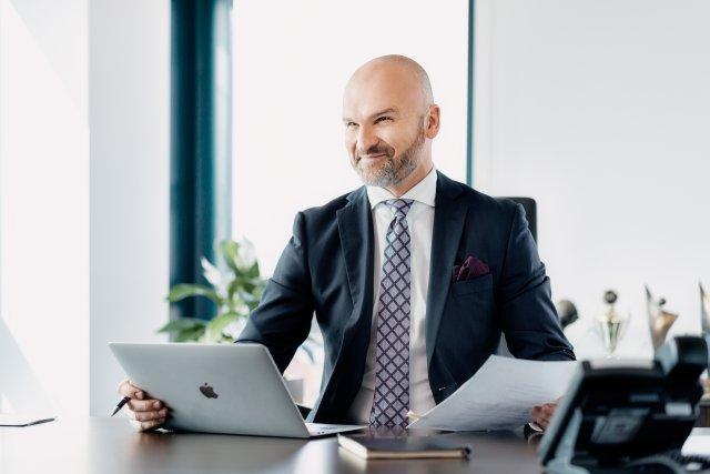 Rafał Brzoska z InPostu wymyślił nowy biznes - po Lodówkomatach czas na BankoPaczkomaty. Inicjatywa już ruszyła, we współpracy z Planet Cash i NCR.
