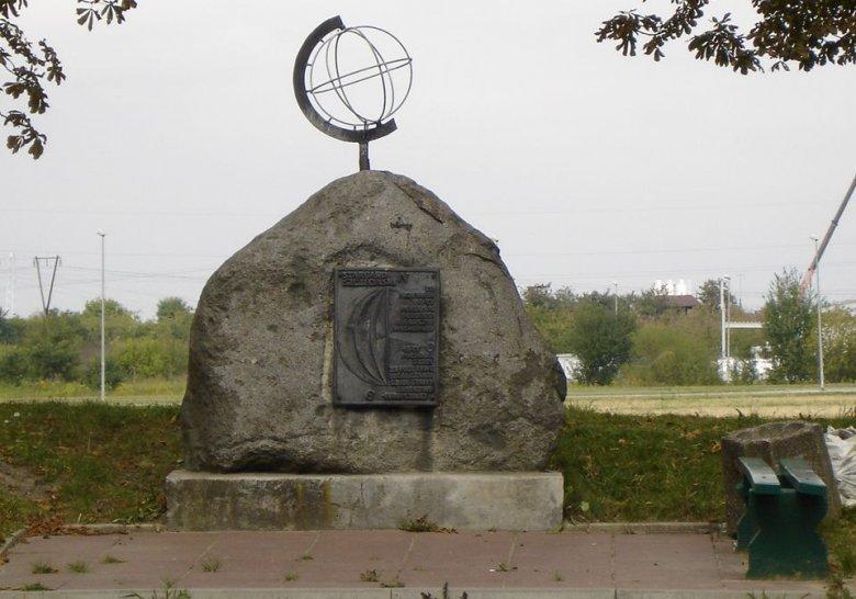 W Stargardzie znajduje się pomnik 15. południka przechodzącego przez Polskę. Jednak w rzeczywistości ze względu na niedokładność sprzętu pomiarowego ustawiono go o 220 metrów bardziej na zachód względem 15. południka.