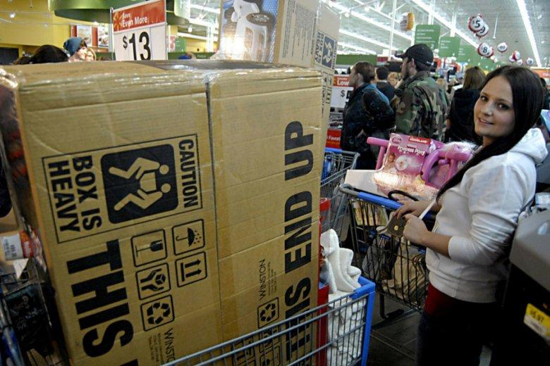 Tłum klientów w sklepie Walmart, należącym do najbogatszej na świecie familii: Waltonów.