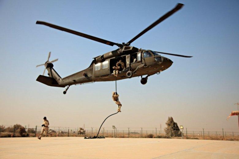 Ćwiczenia amerykańskiego kontyngentu w Kuwejcie z udziałem amerykańskich maszyn Black Hawk.