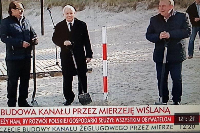 Jarosław Kaczyński wbijał paliki na Mierzei Wiślanej.