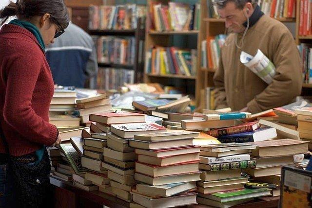 Aby książka trafiła od pisarza do czytelnika, musi jeszcze przejść przez ręce wydawcy i dystrybutora. Autor zostaje z 2 złotymi za każdą sprzedaną okładkę.