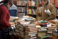 Tu książek nie liczy się na sztuki czy nawet tysiące. Są ich tony, wszystko po maks. 5 zł