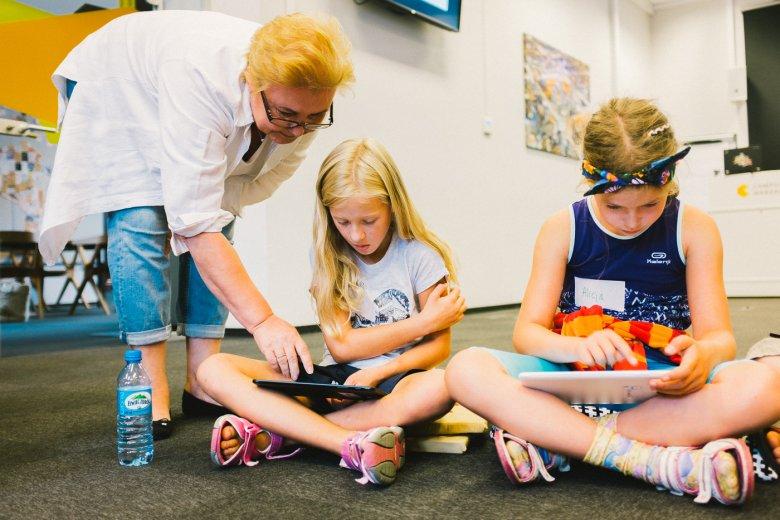 Seniorki uczą dzieci programowania