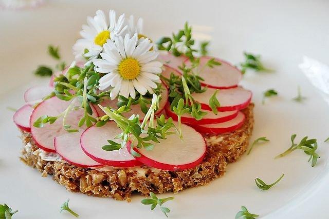 Niewinnie wyglądający kwiatek w sałatce, czy na kanapce może być groźny dla zdrowia
