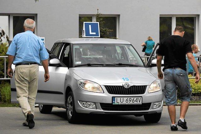 Obecnie produkowane samochody są... zbyt nowoczesne w kontekście do obowiązujących przepisów prawnych dotyczących egzaminów na prawo jazdy.