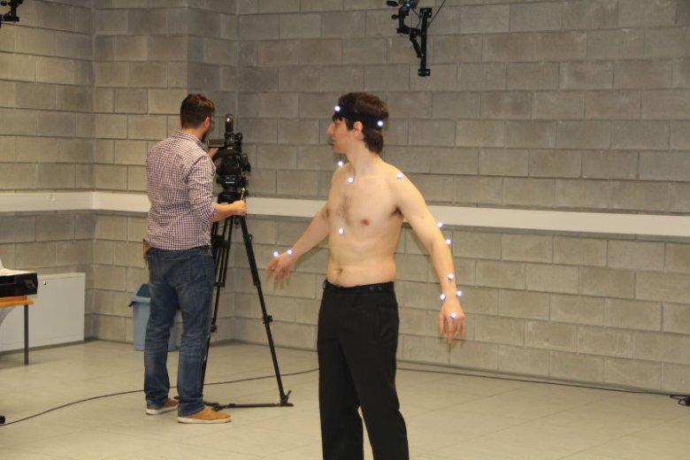 Osoba podpięta do aparatury motion capture.