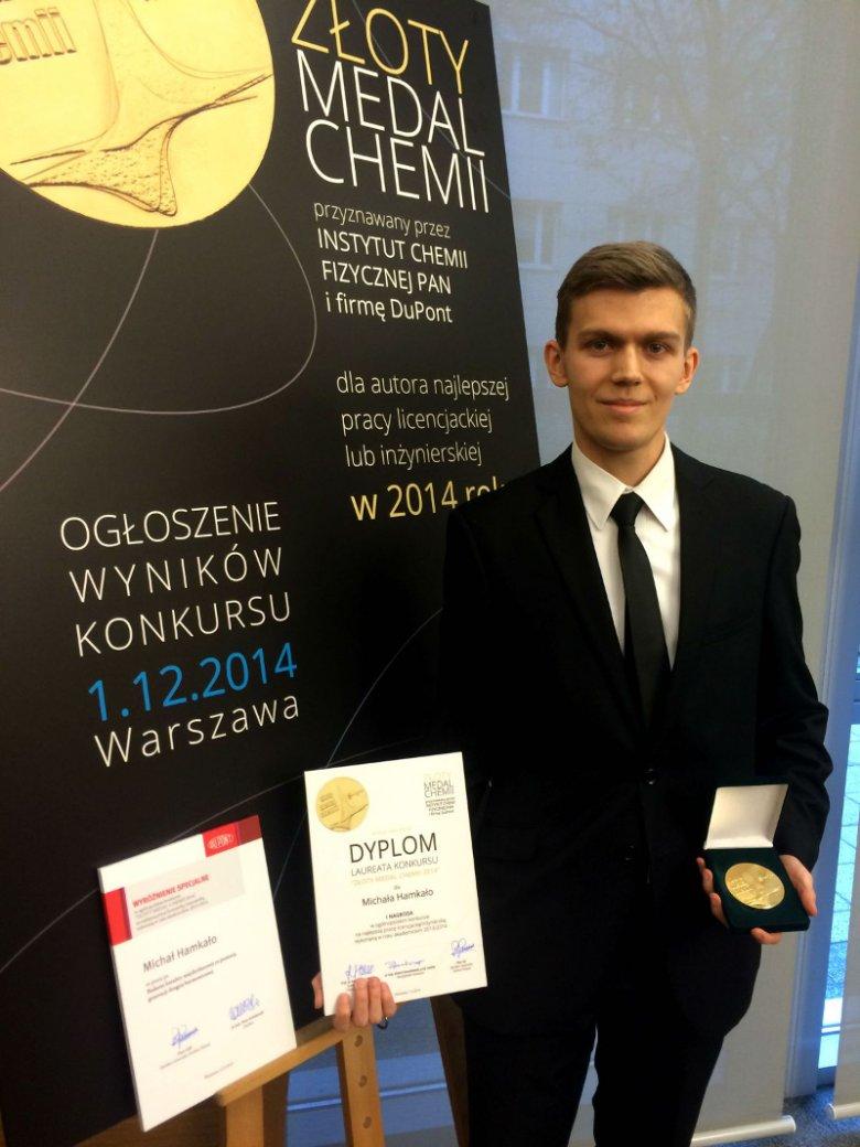Michał Hamkało ze Złotym medalem Chemii