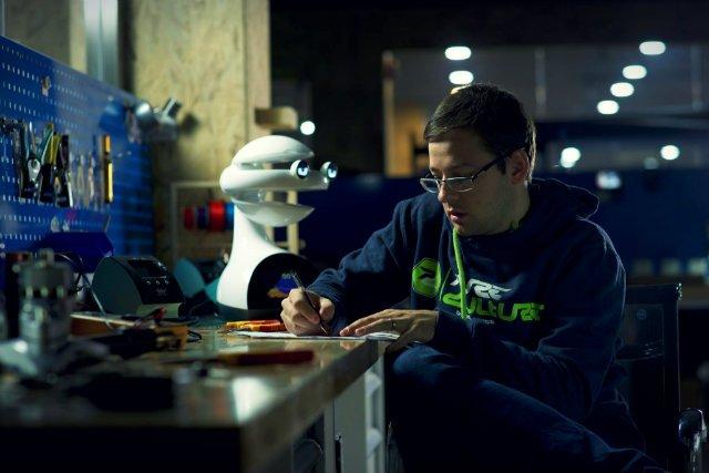 Przedsiębiorcy z firmy FLASH Robotics stworzyli robota, który zanim przejdzie do rzeczy ma się z nami...zaprzyjaźnić