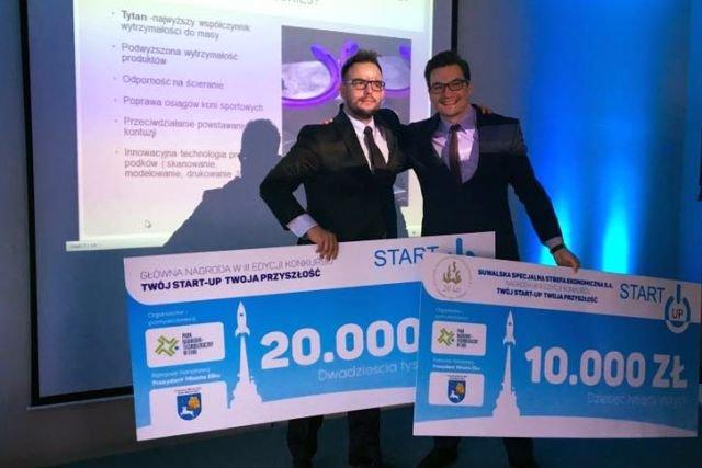 Mirosław Kaźmierczak z czekiem na 20 000 zł na scenie jednego z konkursów dla start-upów