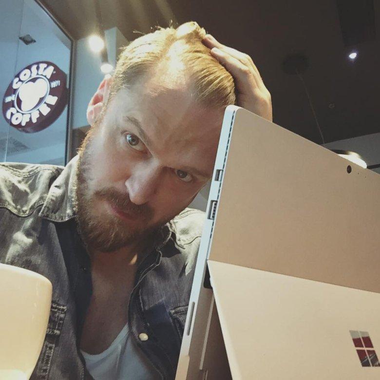 """""""Piekło zamarzło""""! Komentarz tej treści znalazłem pod pierwszym udostępnionym zdjęciem, na którym zamiast sprzętu z jabłkiem, znalazł się… Surface Pro 4."""