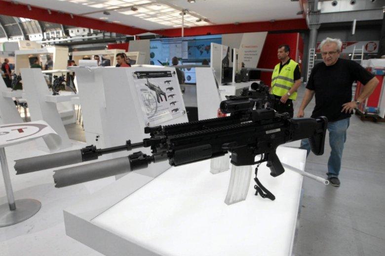 Firma Cenzin zajmuje się na co dzień handlem uzbrojeniem i wyposażeniem wojskowym, przeważnie polskiej zbrojeniówki, ale też np. firm czeskich.