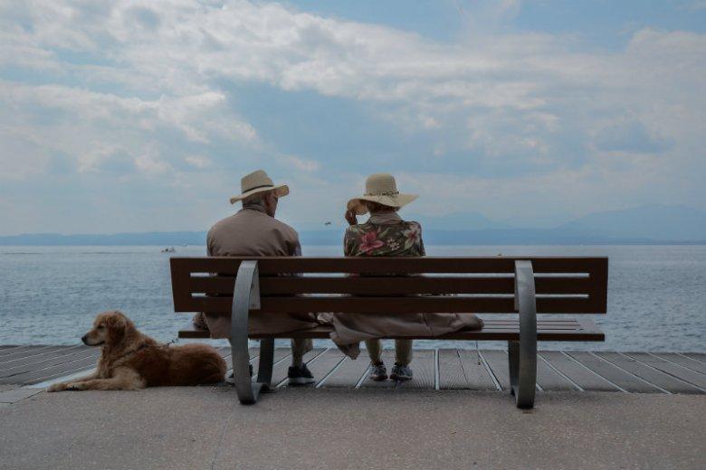 Coraz więcej seniorów doskonale orientuje się w internecie i korzysta z dostępnych za jego pośrednictwem możliwości, w tym internetowych pożyczek
