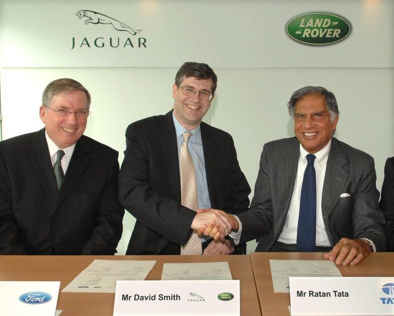 Jaguar Land Rover przeszedł w indyjskie ręce. Od lewej Lewis Booth, (Ford), David Smith (Jaguar Land Rover) i Ratan Tata (Tata Motor)