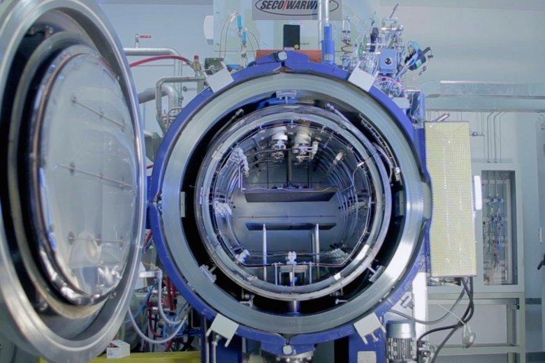 Prototyp urządzenia do przemysłowej  produkcji grafenu opracowane przez ITME i firmę Seco Warwick