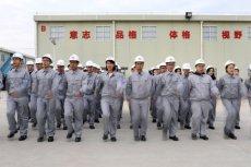 Pracownicy fabryki Huawei w Dongguan odbywają poranne ćwiczenia. Po nich ruszą do składania smartfonów, komputerów i innej elektroniki