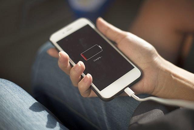 Jedno się w smartfonach nie zmienia - ciągle mają słabe baterie