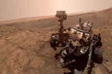 Łazik Curiosity przyczynia się do rozwoju nauki m.in. przez zbieranie informacji o zawartości marsjańskiej atmosfery. W wolnym czasie lubi robić sobie selfie.