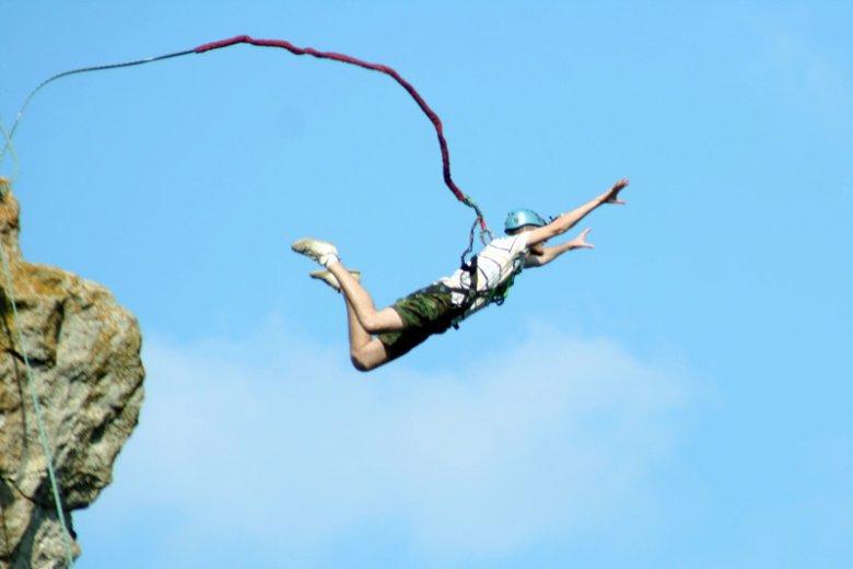 Ochronę od ryzyka związanego z wyczynowym uprawianiem sportów takich jak skoki na bungee na ogół trzeba dokupić do podstawowego ubezpieczenia NNW w podróży