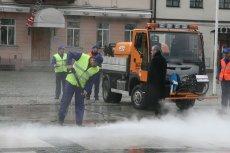 """Jeden z pracowników krakowskiego MPO uważa, że zamiatarki jeżdżą po ulicach miasta, ale go nie czyszczą. Chodzi bowiem o to, by robić """"dobre wrażenie""""."""