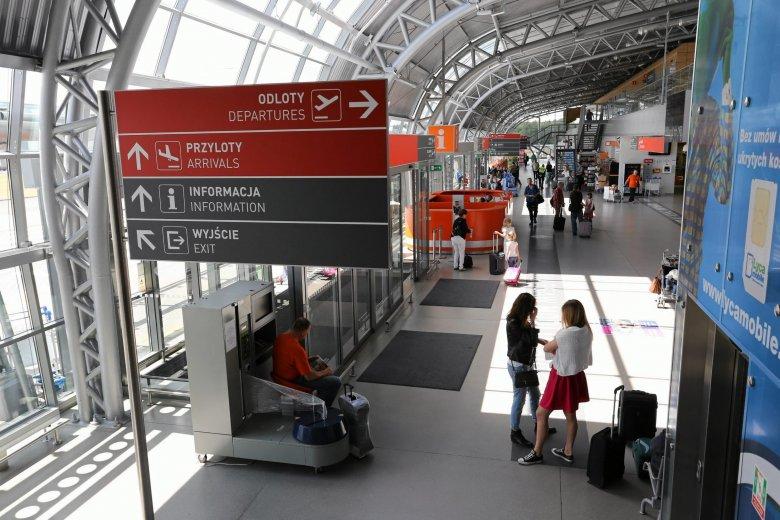 Lotnisko w Modlinie nie może się rozwijać z powodu braku decyzji środowiskowej. Opozycja twierdzi, że jej wydanie blokuje rząd PiS.