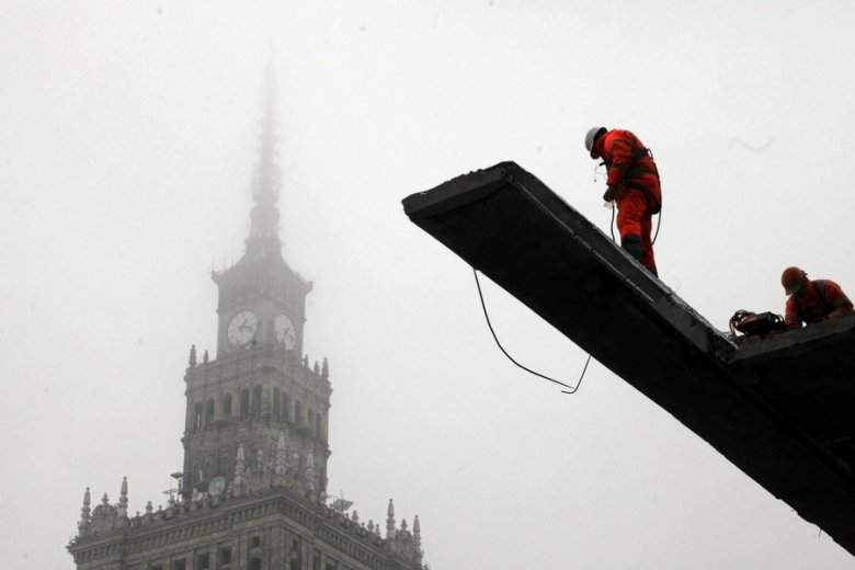 """Robotnicy rozbierają warszawski dom handlowy """"Emilka""""."""