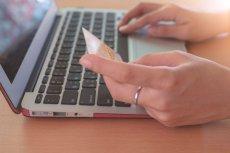 Transakcje internetowe lepiej wykonywać kartą płatniczą