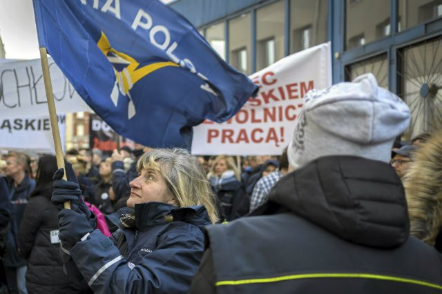 Katowice. Protest listonoszy przed dyrekcją Poczty Polskiej