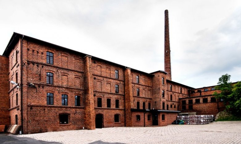 XIX-wieczna fabryka - tu wytwarza się w sposób całkowicie manualny dachówkę Heritage