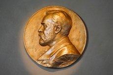 Medal noblowski, który otrzyma Olga Tokarczuk, zrobiony jest z 18-karatowego stopu złota pokrytego 24-karatowym czystym złotem.