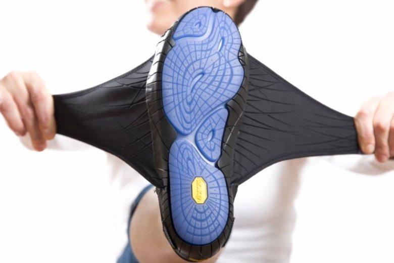 Gumowa podeszwa plus dwa materiałowe skrzydełka, oto cały but. A koszt? Min. 140 dolarów.