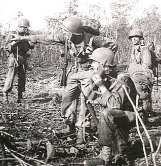 Amerykańscy żołnierze używający walkie-talkie podczas bitwy o wyspę Noemfoor.
