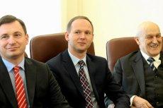 Przewodniczący KNF, Marek Chrzanowski (w środku).