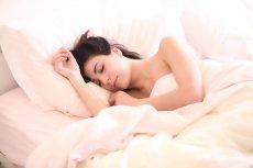 Bezdech senny często objawia się chrapaniem, dlatego m.in. jest bagatelizowany